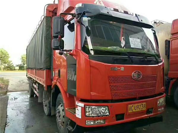 解放J6單橋貨車、6缸機。6.8米車廂